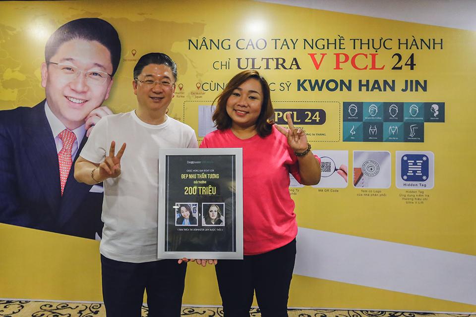 Thay mặt Ipretty, Gs. Kwon trao giải thưởng
